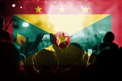 Concert de musique en direct avec mélanger le drapeau du Grenada sur des fans image libre de droits