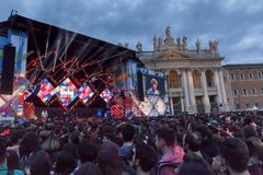 Concert de premier le mai, étape lumineuse, public et squar Photo stock