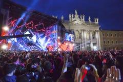 Concert de premier le mai, étape lumineuse, public et squar Photographie stock libre de droits