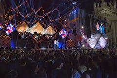 Concert de premier le mai, étape lumineuse, public et squar Images stock