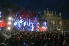 Concert de premier le mai, étape lumineuse, public et squar Photo libre de droits
