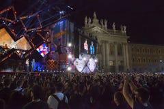 Concert de premier le mai, étape lumineuse, public et squar Photos libres de droits