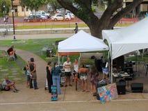 Concert de puissance de personnes en des vélos pendant le festi de concert de jour de terre Photographie stock