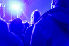 Concert de rock, foule sur scène, brouillé photographie stock libre de droits