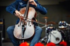 Concert de symphonie, un homme jouant le violoncelle photo stock