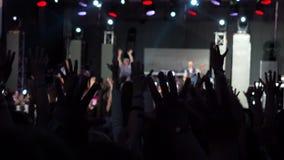 Concert heureux Hall Silhouettes Dancing People de groupe de Raisies Hands Rock d'artiste de répétition d'assistance de vidéo ani clips vidéos