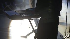 concert O músico masculino joga o sintetizador vídeos de arquivo