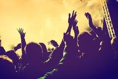 Concert, partie de disco Les gens avec des mains dans la boîte de nuit Images stock