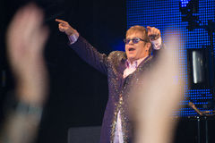 Concert sous tension d'Elton John vu de la foule Photographie stock