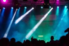 Concertez la foule assistant à un concert, les gens que les silhouettes sont évidentes, éclairé à contre-jour par des lumières d' Images stock