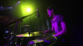 Concerti la banda rock che esegue in scena con l'esecutore del cantante, la chitarra, batterista Punk, metallo pesante o roccia d stock footage