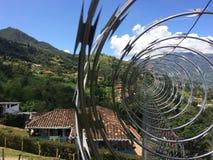 Concertina van veiligheid in spiralen met bergachtig landschap als achtergrond stock foto