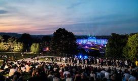 concerto all'aperto di una notte di estate dai giardini magnifici del palazzo di Schonbrunn con l'orchestra filarmonica di Vienna fotografia stock libera da diritti