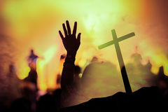Concerto cristão da música com mão levantada foto de stock royalty free
