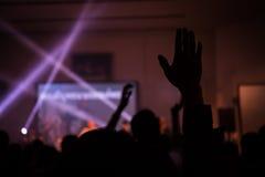 Concerto cristiano di musica con la mano sollevata Fotografia Stock Libera da Diritti