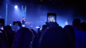 Concerto de rocha partying da multidão video estoque