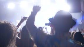 Concerto de rocha partying da multidão vídeos de arquivo