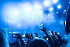 Concerto de rocha, silhuetas dos povos felizes que levantam acima as mãos Foto de Stock