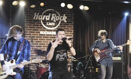 Concerto de Zdub do si de Zdob, o Hard Rock Café, Bucareste, Romênia Foto de Stock