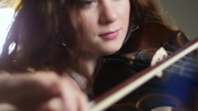 Concerto di musica classica, donne stupefacenti che giocano sulle fiddle allo spettacolo di sera video d archivio
