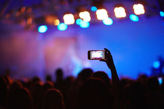 Concerto do película do fã com Smartphone Foto de Stock