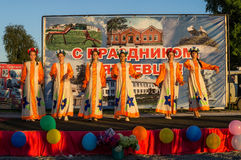 Concerto festivo de conjuntos amadores em honra da vila no distrito de Iznoskovsky, região de Kaluga de Rússia Fotos de Stock Royalty Free