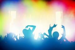 Concerto, partito di discoteca La gente divertendosi in night-club Fotografia Stock
