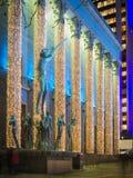 Concertzaal in Hotorget vierkant centraal die Stockholm met geleide lichten voor Kerstmis, met beroemd beeldhouwwerk van Orpheus  Stock Fotografie
