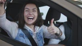 Concesión de coche que visita La familia hermosa es de baile y sonriente mientras que se sienta en su nuevo coche metrajes