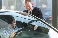 Concesionario de coches con el cliente fotografía de archivo