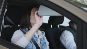 Concessionário automóvel de visita A família bonita é de dança e de sorriso ao sentar-se em seu carro novo video estoque