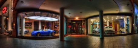 Concessionário automóvel dos esportes na noite fotografia de stock royalty free