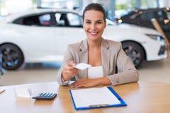 Concessionário automóvel fêmea na sala de exposições Fotos de Stock Royalty Free