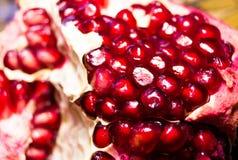 concession Fruits exotiques Grenade mûre Fermez-vous vers le haut du macro projectile des graines de grenade Grenat rouge Plan ra images libres de droits