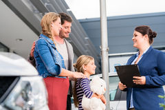 Concessionnaire automobile conseillant la famille sur l'automobile de achat photos stock