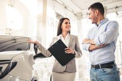 Concessionnaire automobile de visite Photographie stock libre de droits