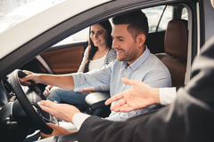 Concessionnaire automobile de visite Photos stock