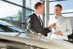Concessionnaire automobile vendant la voiture Photographie stock