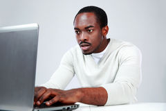 Concetrated african man using laptop Royalty Free Stock Photography