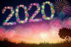 concetti del nuovo anno 2020 con il fondo dei fuochi d'artificio immagine stock libera da diritti