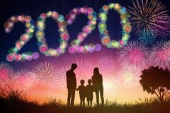concetti del nuovo anno 2020 fuochi d'artificio di sorveglianza della famiglia sulla collina fotografie stock libere da diritti