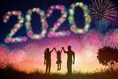 concetti del nuovo anno 2020 fuochi d'artificio di sorveglianza della famiglia sulla collina immagini stock libere da diritti