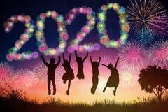 concetti del nuovo anno 2020 i bambini che saltano sulla collina immagine stock libera da diritti