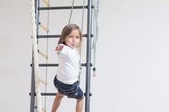 Concetti di attività dei bambini Piccola ragazza caucasica che ha allungamento Fotografia Stock