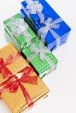Concetti di celebrazione Molti contenitori di regalo conclusi variopinti che stanno insieme nella linea Fotografia Stock