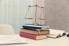 Concetti di legge, avvocato esprimere consiglio legale all'uomo d'affari circa il caso in ufficio immagini stock
