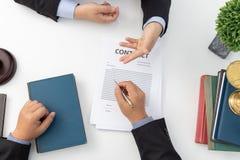 Concetti di legge, avvocato esprimere consiglio legale all'uomo d'affari circa il caso in ufficio immagine stock libera da diritti