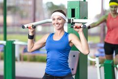 Concetti di sport Un ritratto di due sportive femminili positive Immagini Stock Libere da Diritti