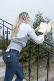 Concetti ed idee della lettura Ritratto di biondo caucasico tranquillo Fotografia Stock
