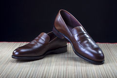 Concetti ed idee delle calzature Paia di pelle di vitello moderna costosa alla moda Brown Penny Loafers Shoes Fotografie Stock